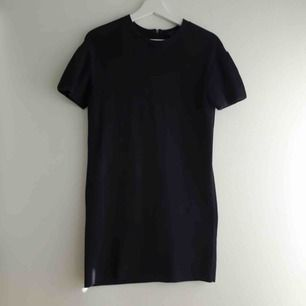 Klassisk svart klänning från COS i nyskick! Oanvänt. Lite puffade ärmar. Stl XS.  100% bomull. Hög kvalitet!   Hämtas i centrala Uppsala eller skickar mot fraktkostnad.