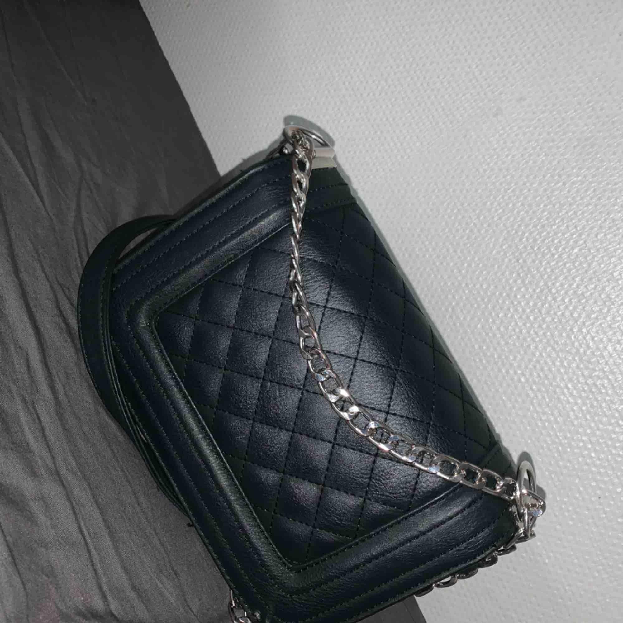En fin svart axelväska från glitter (använd i en månad). Väskor.