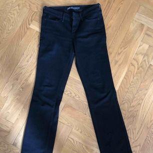 Svarta jeans från Levis. Slight Curve, straight, Classic Rise. Strl 26. Fint skick - knappt använda! Priset inkluderar porto.