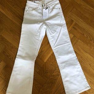 Vita tajta utsvängda jeans från Cubus som är ankelkorta. Aldrig använda, alla lappar sitter kvar. Strl XS. Nypris 399 kr. Priset är inklusive porto.
