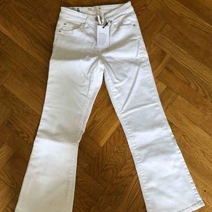 Vita tajta utsvängda jeans från Cubus som är ankelkorta. Aldrig använda, alla lappar sitter kvar. Strl S. Nypris 399 kr. Priset är inklusive porto.