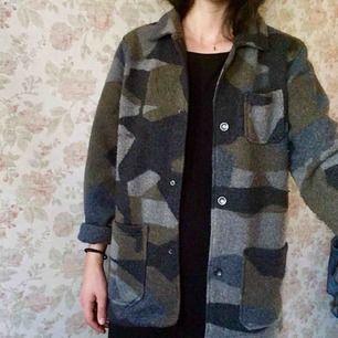 Skjorta från Esprit, jag har använt den som jacka. Det är en fluffig blandning av ylle och polyester.