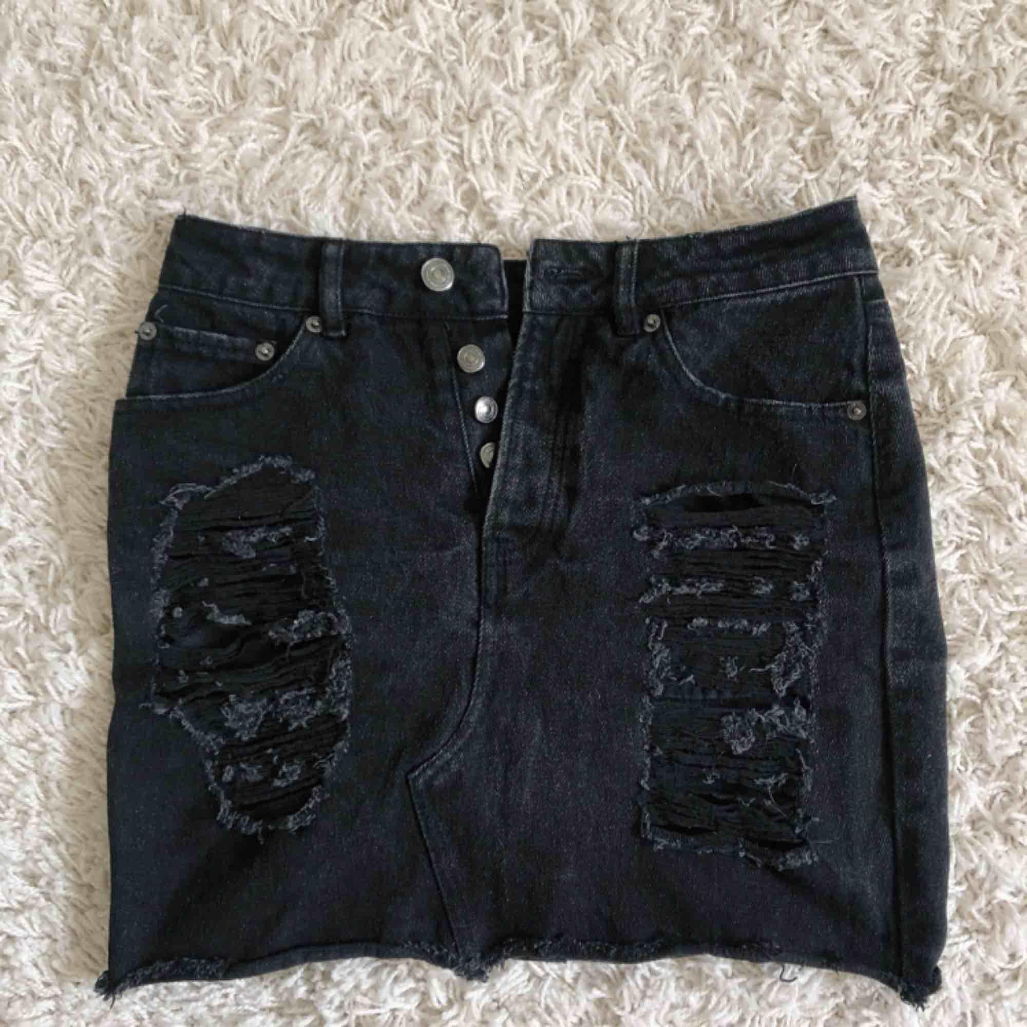 En jättesnygg jeanskjol ifrån bik bok som tyvärr inte passar mig längre, slitningarna som är på kjolen är en såå snygg detalj och den är perfekt nu till sommaren, Frakten ingår i priset😊. Kjolar.