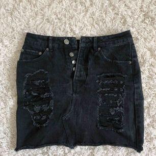 En jättesnygg jeanskjol ifrån bik bok som tyvärr inte passar mig längre, slitningarna som är på kjolen är en såå snygg detalj och den är perfekt nu till sommaren, Frakten ingår i priset😊