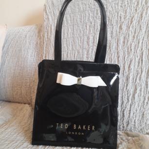 Äkta Ted Baker-ARYCON BOW DETAIL SMALL ICON BAG - Handväska - black. Lägg till 50:- för frakt! Finns möjlighet till upphämtning. Otroligt stilfull väska☆