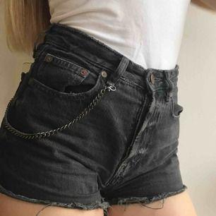 Ööööversnygga shorts som sitter riktig bra. Står storlek 32 men passar också 34, hade behållt dem om de inte var för små😢 älskar dem