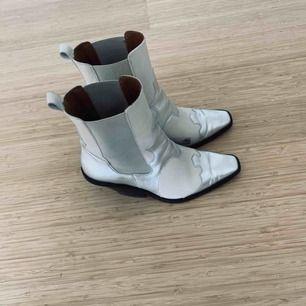 Använda endast två gånger men då jag går något med fötterna inåt har insidan av skon blivit något stött. Går enkelt att ta bort genom att dutta på lite vitt nagellack! I övrigt jättefint skick.