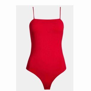 Röd enkel men fin body från bikbok.  Säljer en i XS samt en i S så hojta vilken du vill ha 🥰🥰  Knappt använd så i bra skick.  Frakt: 39kr (S är såld)