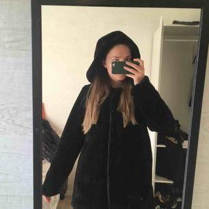 Finfin jacka i fejkpäls som passar höst/vår/mild vinter. Inte supervarm! Snålt använd. Knäpps med spännen. Kan mötas upp i Göteborg eller skicka mot fraktkostnad☺️🌻