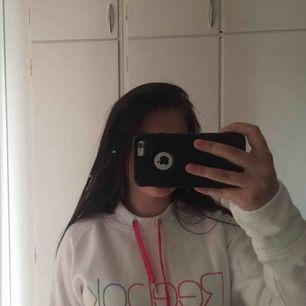 Vit Reebok hoodie med färgdetaljer, stl L men är väldigt liten för att vara L så funkar också som M