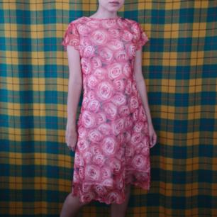 Superfin unik klänning köpt secondhand i storlek medium, har två lager varav det översta är tunt mesh med fina rynkiga kanter typiskt för 2000-talet. Frakten för denna ligger på 36 kr, samfraktar gärna! 😌👍 (mer fraktkostnad kan tillkomma vid köp av flertalet varor)