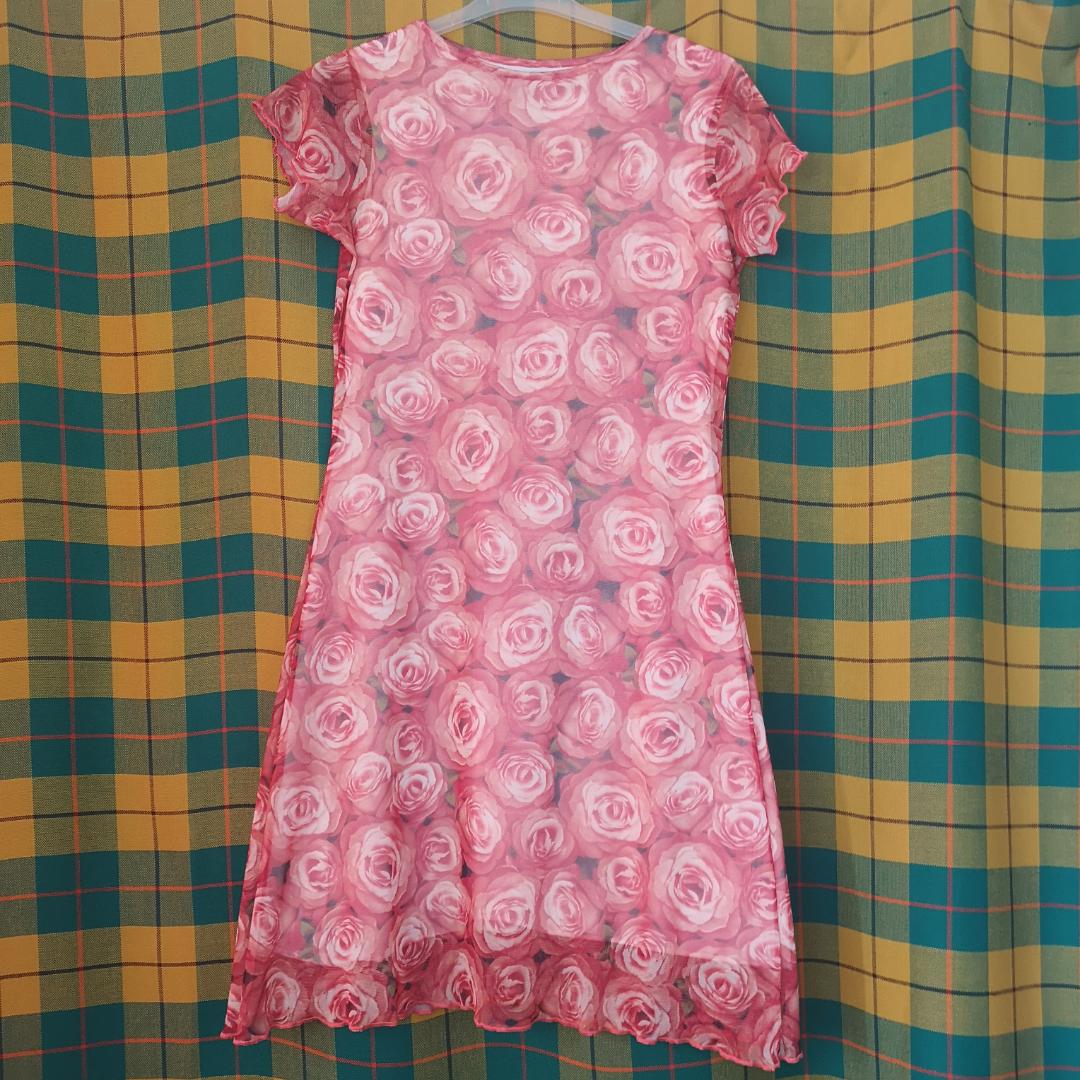 Superfin unik klänning köpt secondhand i storlek medium, har två lager varav det översta är tunt mesh med fina rynkiga kanter typiskt för 2000-talet. Frakten för denna ligger på 36 kr, samfraktar gärna! 😌👍 (mer fraktkostnad kan tillkomma vid köp av flertalet varor) . Klänningar.