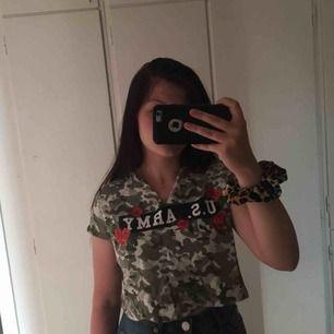 Militär färgad cropped T-shirt