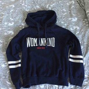 En hoodie från Gina Tricot i storlek S! Använd men syns inte förutom att trycket på vissa ställen har blivit sämre, det syns på sista bilden. Frakten betalar köparen. Kontakta gärna för frågor!