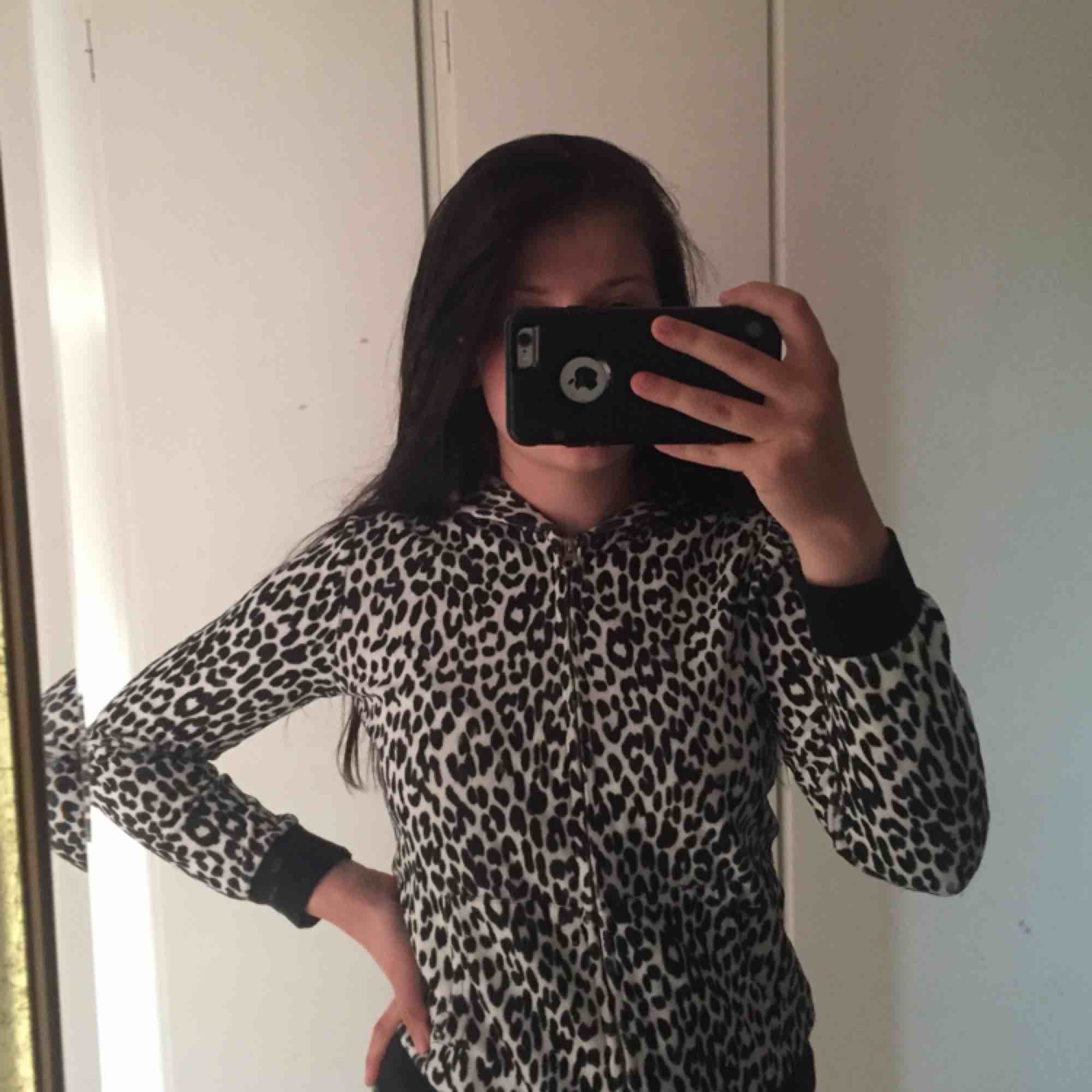 Black and white leopard print coat. Tröjor & Koftor.