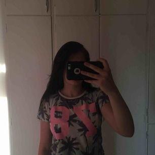 Palm printed T-shirt som det står 78 på
