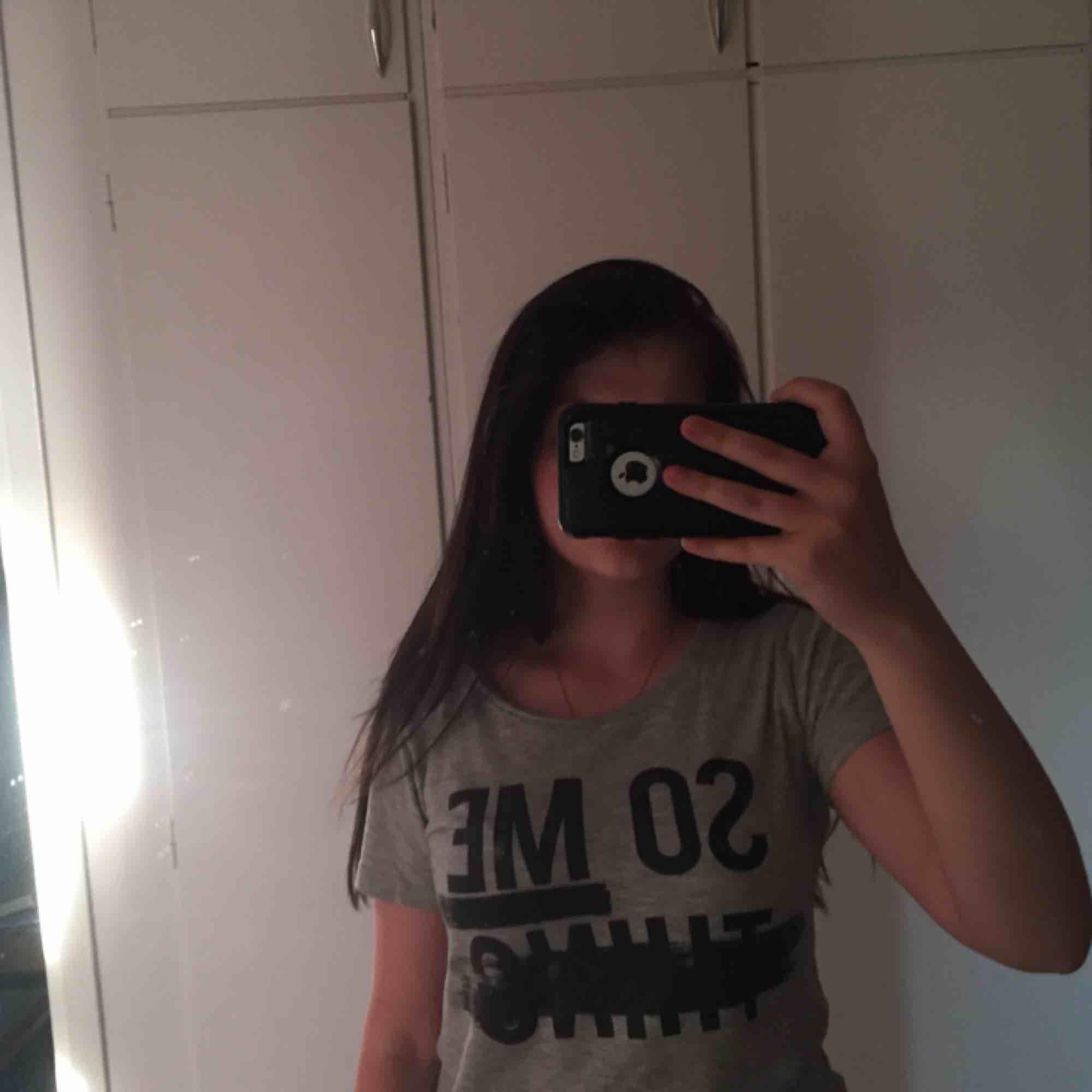 """Grå """"so me thing"""" T-shirt"""". T-shirts."""
