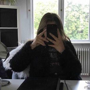 Lurvig svart jacka/kofta från Gina tricot. Såklart inte äkta djurpäls. Fint skick! Håller värmen väldigt bra så går att användas ute korta stunder när det till och med bara är några grader. Köparen står för frakt. :)