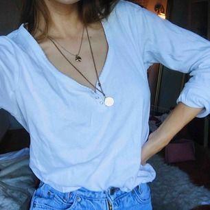 Perfekta vita långärmade tröjan!! Tryckknappar vid ringningen