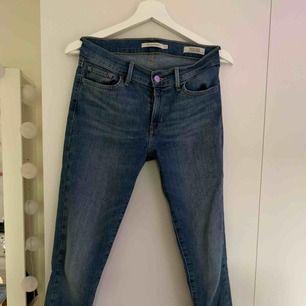 Super skinny jeans från Levis i storlek 27. Jättefin blå färg och sitter jättebra men har tyvärr blivit för små. Köparen står för frakten :)