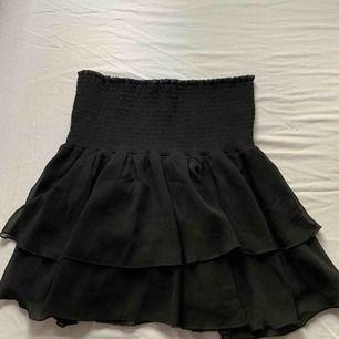 Jättefin volang kjol från bikbok som passar till allt! Köparen står för frakten🌸