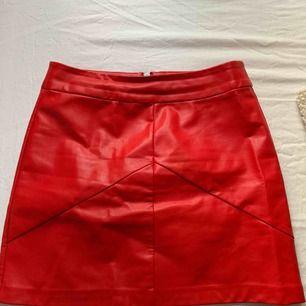 Röd skinnkjol från Gina Tricot, endast använd 2 gånger! Köparen står för frakten.