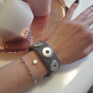 ☆Äkta läderarmband☆ Svinsnyggt att matcha till flera armband♡ Har 5färger tillgängliga! Frakt: 42:- postens S-emballage