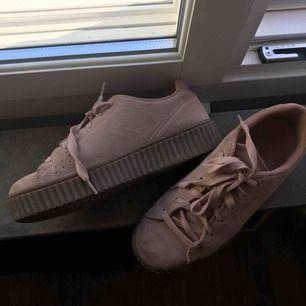 Sparsamt använda sneakers i storlek 39. Fin smuts rosa färg i mocka imitation.    Kan mötas upp eller skickas mot frakt 🌷