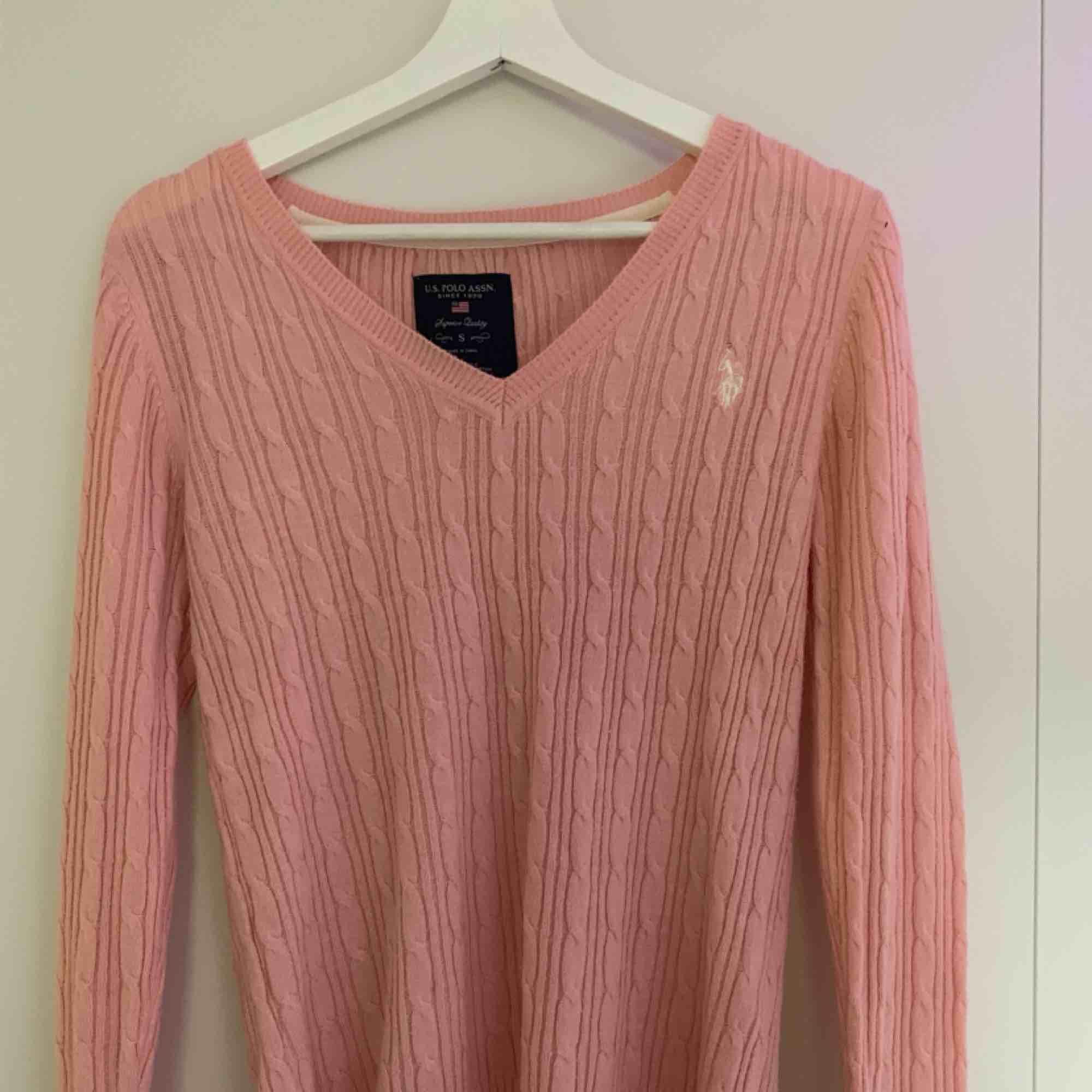 Kabelstickad rosa tröja från Ralph Lauren. Tröjan är äkta och är i väldigt fint skick! Köparen står för frakt. Tröjor & Koftor.