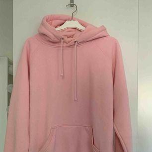 Rosa hoodie från bikbok. Den har blivit lite nopprig efter tvätt men annars i fint skick. Köparen står för frakt