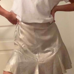 Silvrig kjol från Mango! Använd en gång, så i nyskick! Perfekt till sommarens bruna ben😇