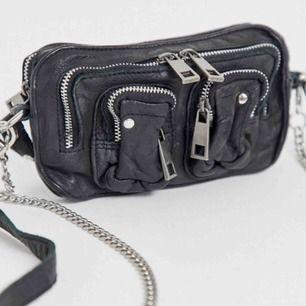 Säljer min nunoo väska i äkta läder. Modellen är Helena (mini). ganska använd men i mycket bra skick. Köpt i oktober 2018. Svart läderband + silverkedja (som har blivit lite bronsfärgad) medföljer. Frakt ingår i pris.Skriv till mig om ni undrar något❤️