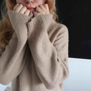 beige turtle neck and long sleeved sweater. super super soft! 🛒 kan möttas i Helsingborg. Frakt är inte säkert.