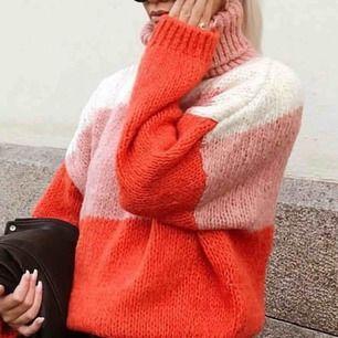 Stickad tröja från chiquelle! Storlek S, knappt använd! Härlig att dra på sig under kyligare sommarkvällar.