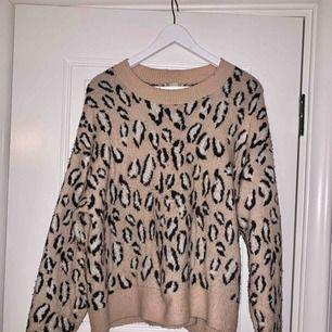 """Mysig leopardtröja från HM. Storlek 38 men passar mig som vanligtvis har 34/36 men som gillar kläder lite """"oversized"""" - passar flera storlekar beroende på hur man vill bära den! Superfint skick!"""