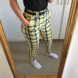 Säljer mina rutiga, gula byxor i strl S, som är från bershka!! Använda ett antal gånger, men är fortfarande i bra skick. Finns en nästan osynlig fläck på vänstra benet. Nypris: 400 kr. Köparen står för frakt☺️