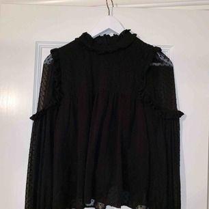 Svart blus från Zara med mesh-ärmar. Superfin! Använd fåtal gånger så i mycket fint skick.