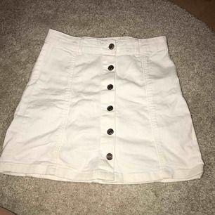Vit kjol från Gina tricot med knappar