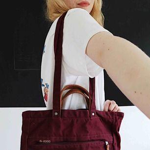 maroon multipurpose bag; straps that change from handbag to backpack. never been used 🛒 kan möttas i Helsingborg. Frakt är inte säkert.