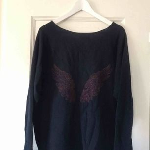 Superfin mörkblå tröja från Hunkydory med vinröda vingar på ryggen! Perfekt skick!