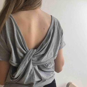 Grå tröja med detalj/öppen rygg