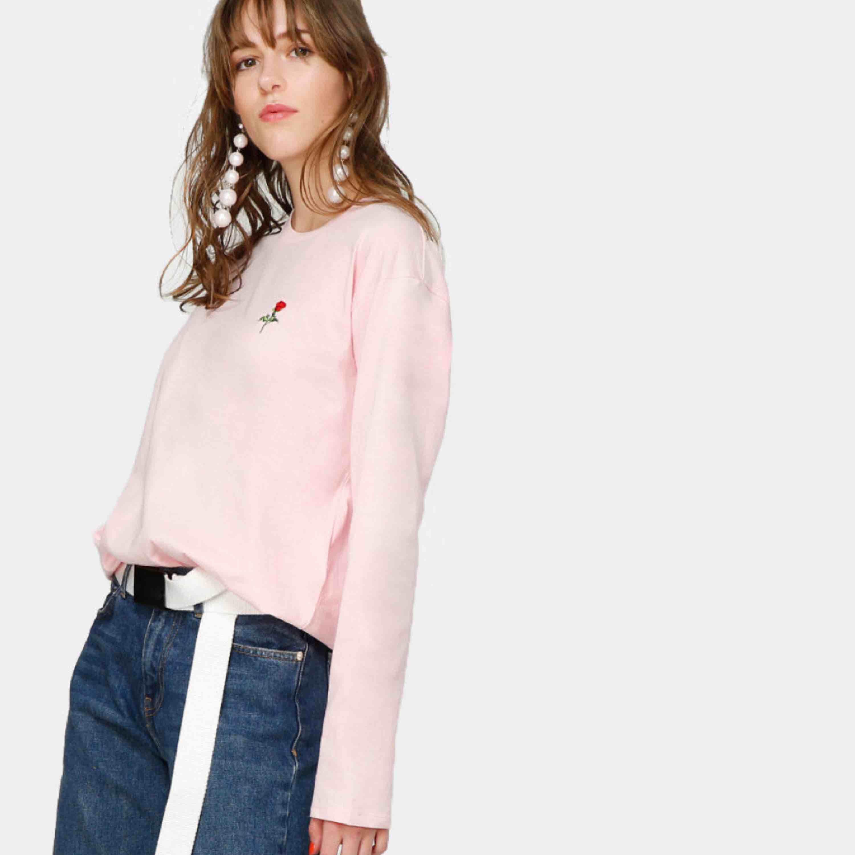 Säljer denna tröja då den aldrig kommer till användning, en söt rosa tröja med en broderad ros💖använd ett fåtal gånger, frakt ingår. Tröjor & Koftor.