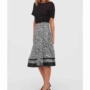 HELT NY kjol från H&M. Oanvänd. Frakt inkluderat i pris!
