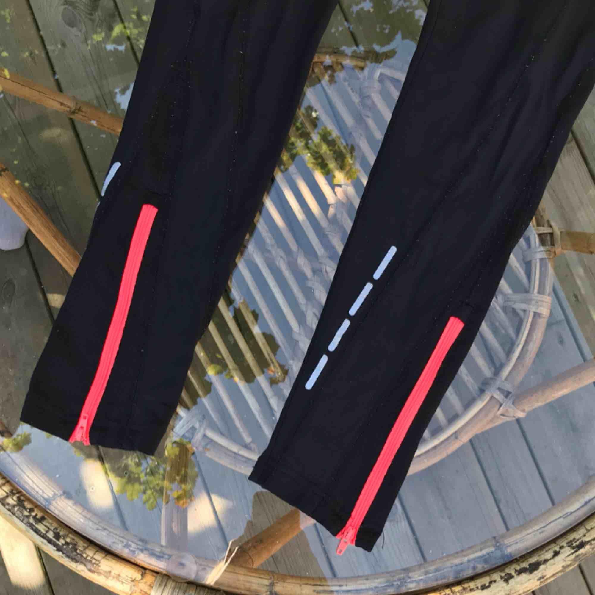 Träningstights med snygga detaljer i neonrosa  Supersköna och passar bra till alla former av träning - eller bara som snygga vardagstights! Reflexer och  ficka i svanken (mobilen får perfekt plats!)   Frakt tillkommer! . Jeans & Byxor.