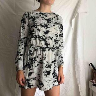 Grå,svart och vit klänning från IVYREVEL, stl 36 men kort i modellen. Perfekt till sommaren
