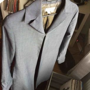 En tunn, grå kappa. Köpt på second hand men i mycket fått skick. Använd av mig ett fåtal gånger. Köparen står för frakt :)