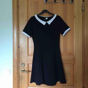 En svart klänning med vit krage från H&M. Klänningen är i stretch-tyg och därav mycket bekväm. Sparsamt använd! Köparen står för frakt :)