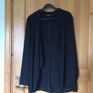 En svart kofta i polyester. Köpt på second hand men i gott skick. Jag har endast använt den ett fåtal gånger. Köparen står för frakt :))