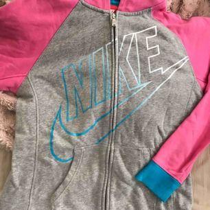Äkta nike tröja står att den ska vara i storlek xl men jag skulle mer säga en m/ s. 50 kr eller bud, frakt tillkommer