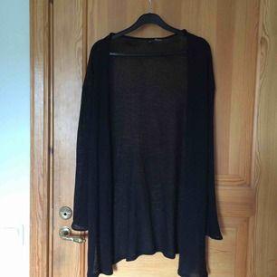 En svart stickad kofta från H&M. Köparen betalar frakten :))